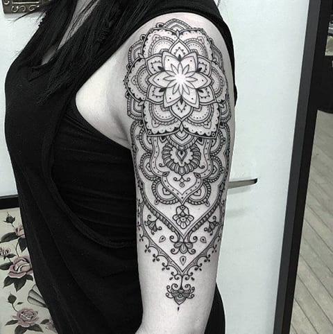 Татуировка мандала на плече