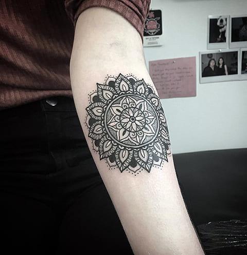 Женская татуировка мандалы на руке
