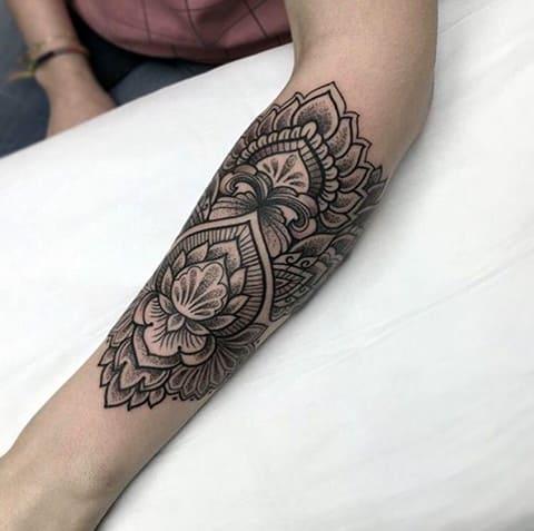 Татуировка мандала на руке у девушки - фото