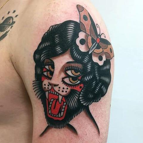 Татуировка в стиле олд скул у мужчины на плече