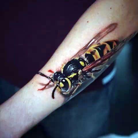 Татуировка оса на руке