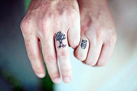 Тату минимализм на пальцах
