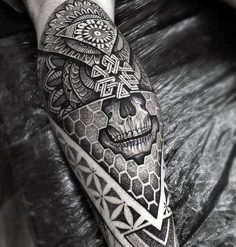 Татуировка в готическом стиле на ноге