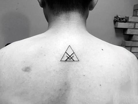 Татуировка в стиле минимализм на мужской спине