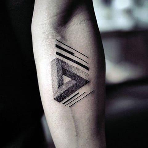 Татуировка в стиле минимализм у мужчины на руке