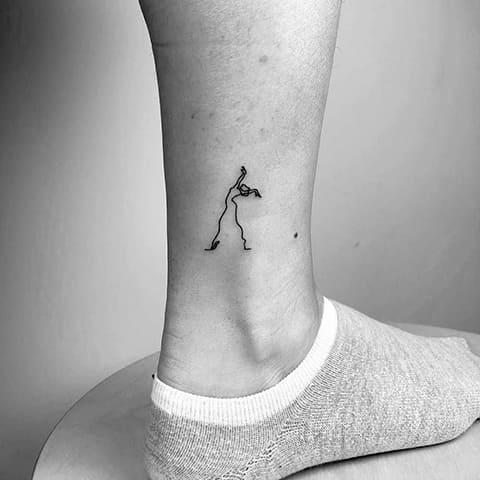 Тату в стиле минимализм на щиколотке у девушки