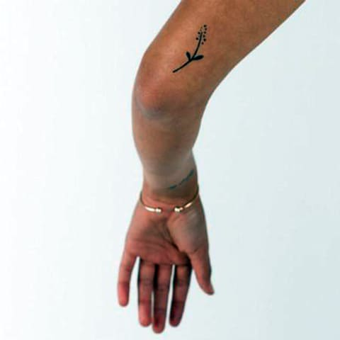 Женская тату в стиле минимализм - фото на руке