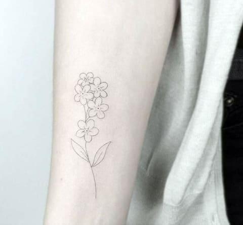 Тату минимализм с цветами на руке у девушки