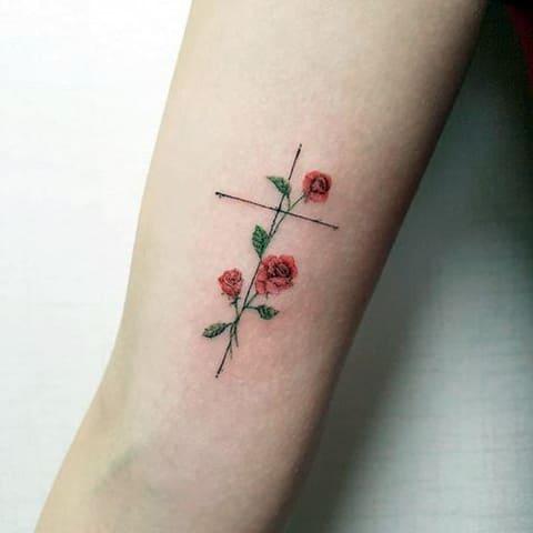 Тату цветы в стиле минимализм у девушки на руке