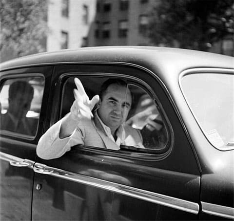 Микки Коэн в машине - фото