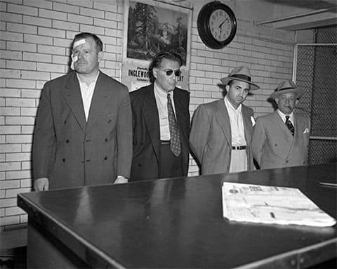 Третий слева: Микки Коэн