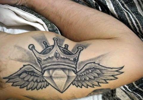 Тату бриллиант с крыльями у мужчины