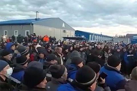 Вахтовики устроили митинг на Чаяндинском месторождении