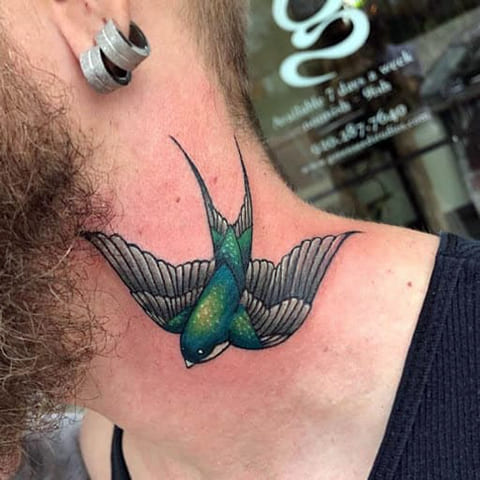 Цветная тату ласточка на шее у мужчины