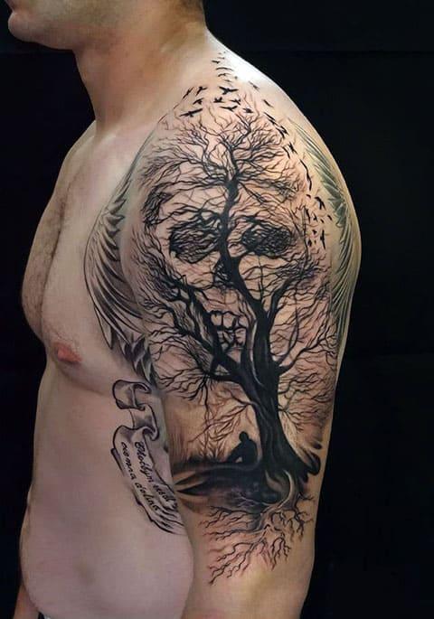 Тату в стиле гравюра на плече у мужчины