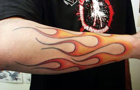 Тату огонь на руке у мужчины