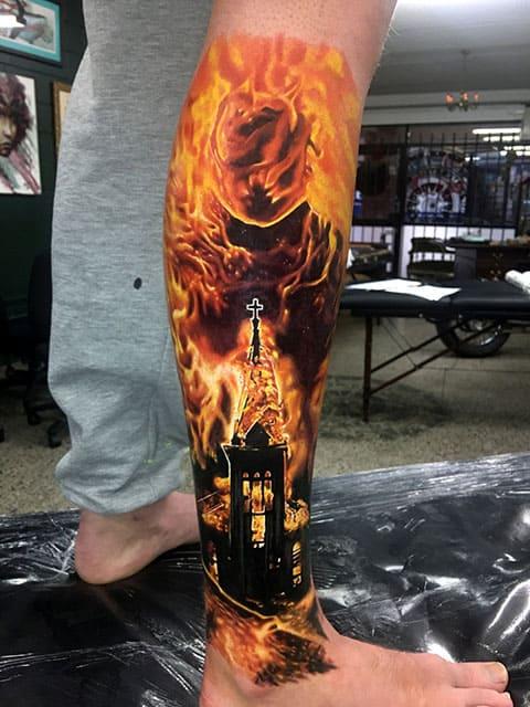 Татуировка с огнем на ноге