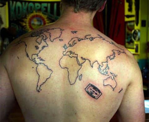 Тату карта мира на спине у мужчины