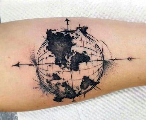 Татуировка с картой мира - фото