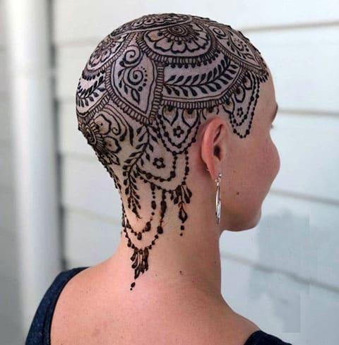 Татуировка на голове у девушки - фото