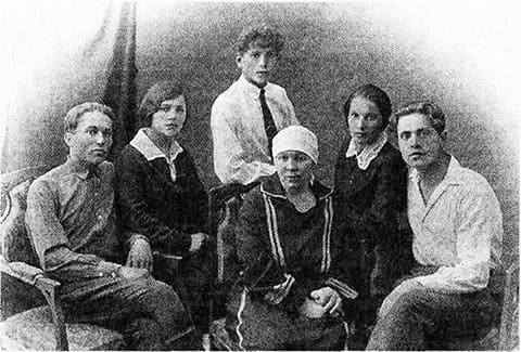 Пелагея Камишкерцева (в центре), Александр Чапаев (крайний слева), Аркадий Чапаев (стоит за Камишкерцевой), Клавдия Чапаева (справа от Камишкерцевой)
