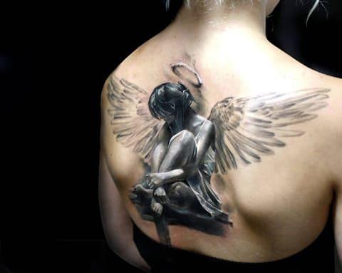 3Д тату с ангелом на спине у девушки
