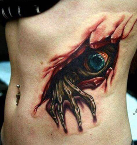 3Д татуировка у девушки на боку