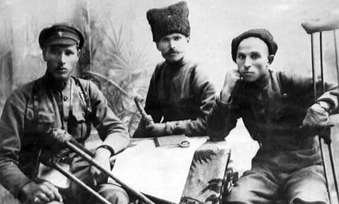 В центре: Василий Иванович Чапаев