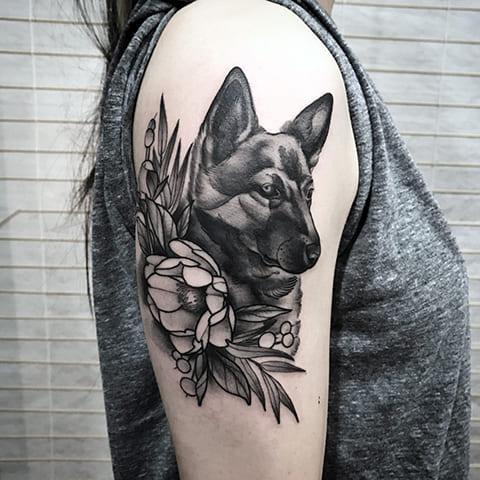 Тату собака на плече у девушки