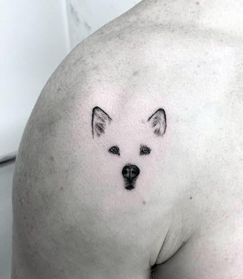Тату в виде собаки на плече
