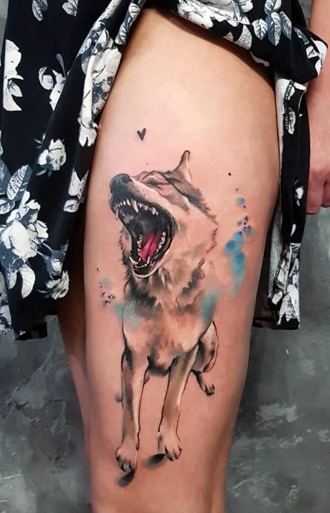 Тату собака на бедре у девушки в стиле акварель - фото