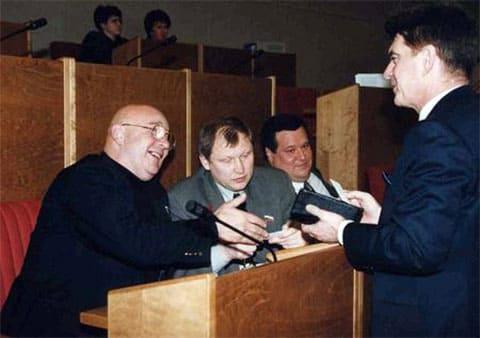 Госдума. Михаил Глущенко (в центре) и Галина Старовойтова с Русланом Линьковым (на заднем плане)