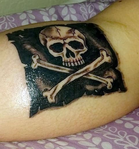 Татуировка Веселый Роджер на руке
