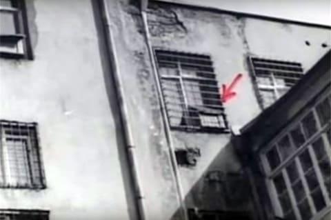 Это окно банка было открыто во время ограбления