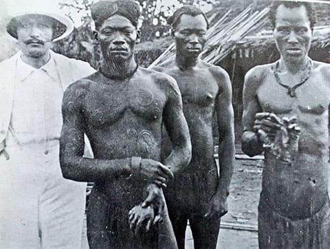 Чернокожие охранники демонстрируют отрубленные у жертв кисти