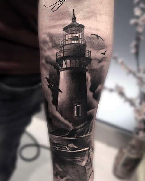 Тату маяк и лодка