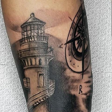 Татуировка маяк и компас