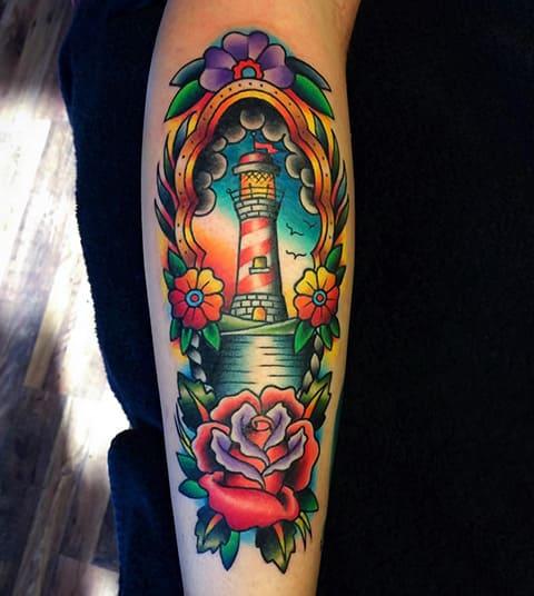 Татуировка с маяком на предплечье