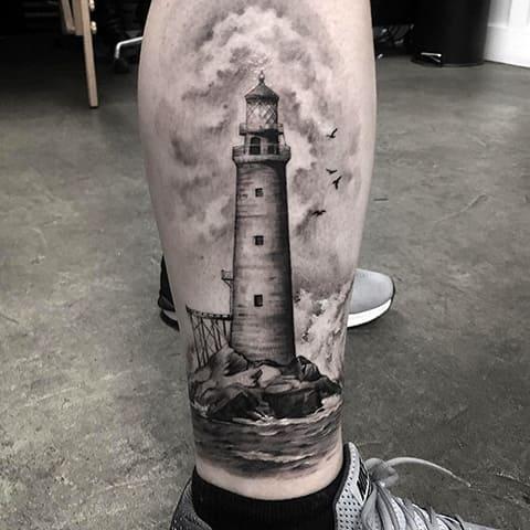 Татуировка маяк на ноге у мужчины