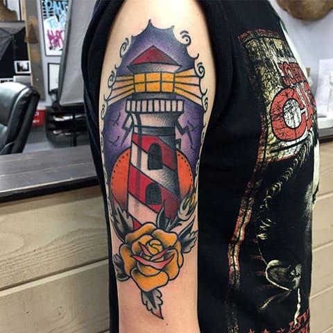 Тату маяк на плече