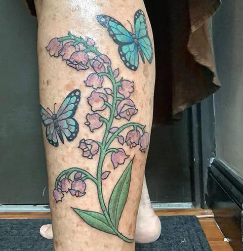 Татуировка ландыши на ноге