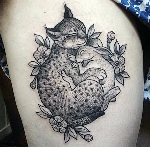 Женская татуировка с рысью на ноге