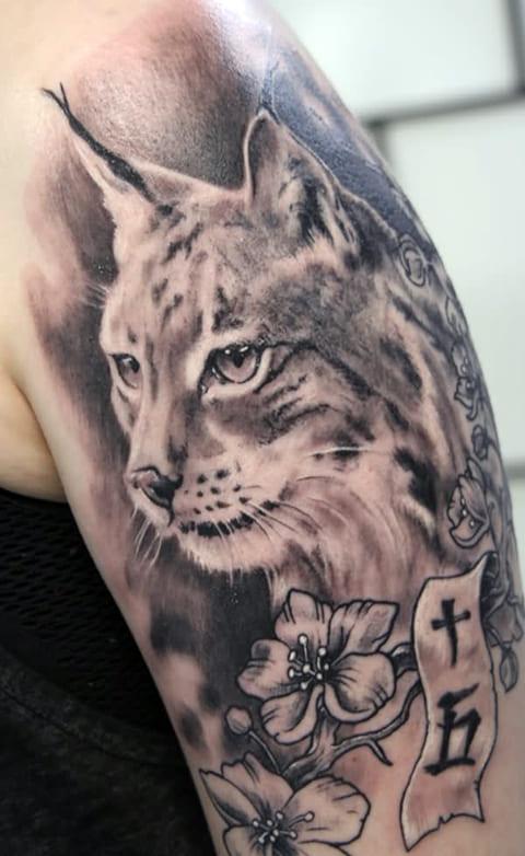 Татуировка рысь на плече
