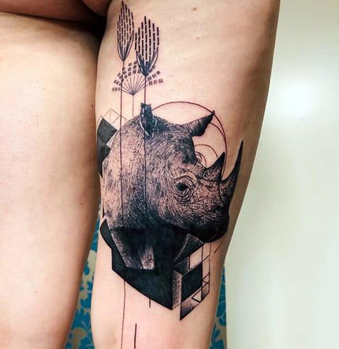 Тату носорог на ноге