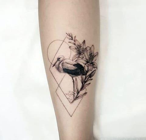 Татуировка с аист на ноге