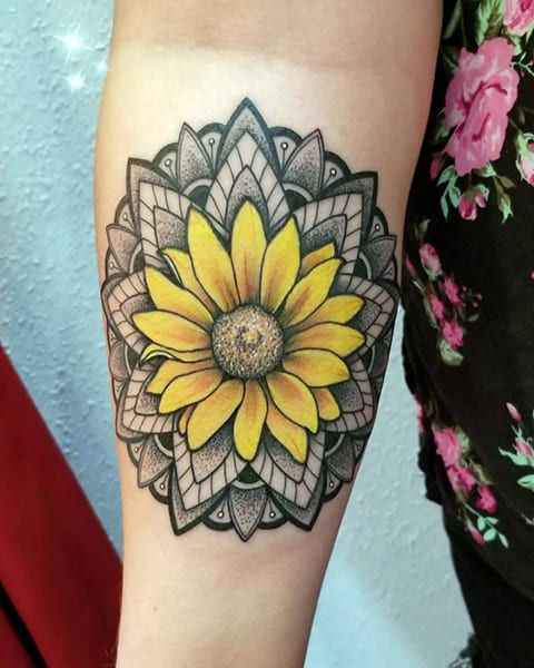 Татуировка подсолнух на локте - фото