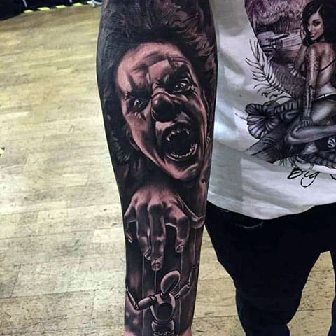 Тату злой клоун на руке