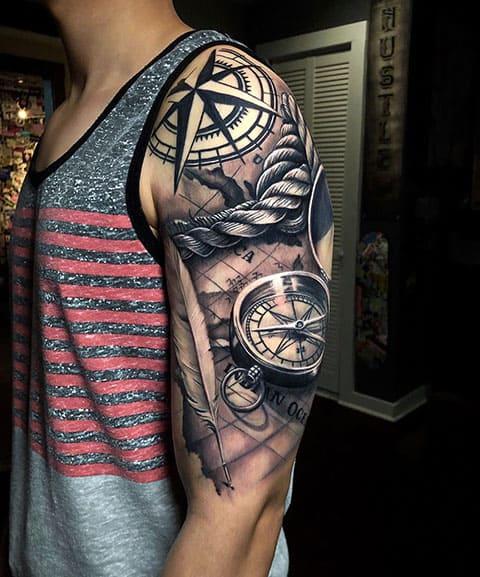 Татуировка с компасом у мужчины