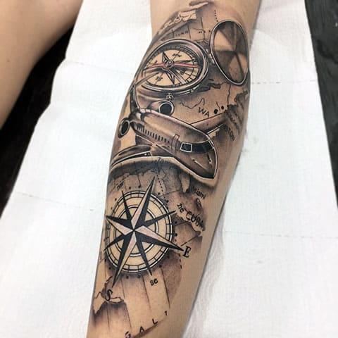 Татуировка с компасом на ноге - фото
