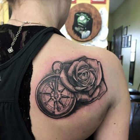 Тату компас и роза на лопатке - фото